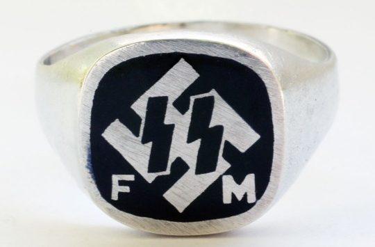 Кольцо членов «Förderndes Mitglied der SS» (FM SS) выполнено из серебра 835-й пробы с применением черной горячей эмали.
