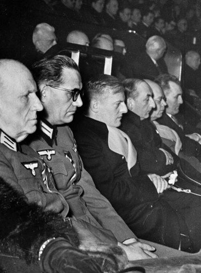 Отто Абец и французские Ваффен СС в дворце Шайо. Париж. 1944 г.