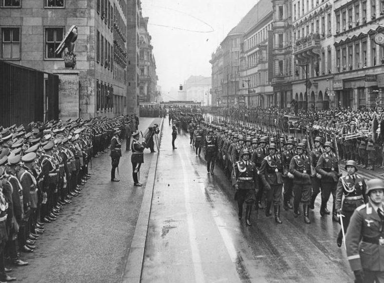 Герман Геринг на параде в день ВВС. Берлин. 1939 г.