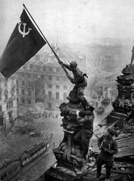 Фото Е.Халдея. «Знамя Победы над Рейхстагом».