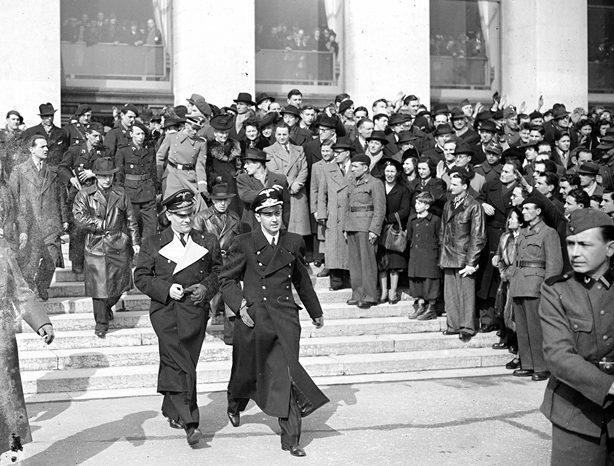 Отто Абец и французские Ваффен СС у дворца Шайо. Париж. 1944 г.