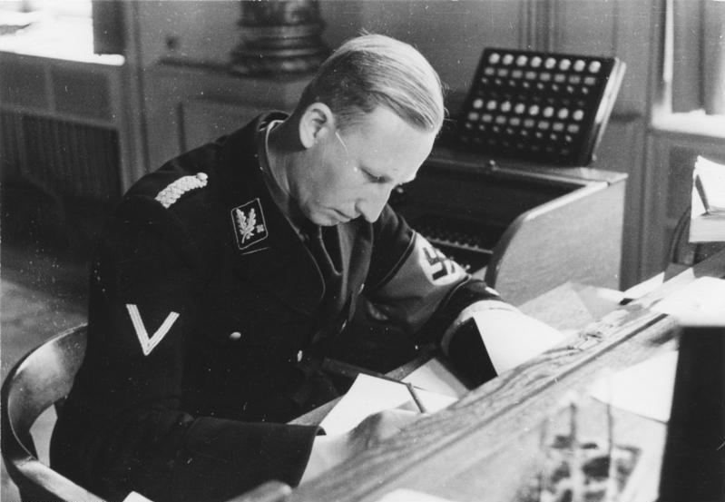 Рейнгард Гейдрих в рабочем кабинете. Мюнхнен. 1934 г.