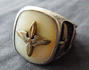 Кольцо пилота ВВС, изготовленные с применением перламутра.