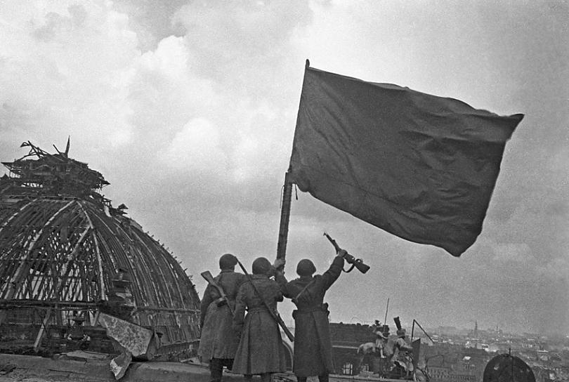 Реальная фотография М. Редькина. 2 мая 1945 г. Около полудня. В этот момент на куполе Рейхстага еще ничего нет.