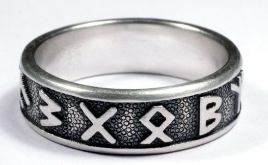 Кольца членов СС с 12-ю руническими символами изготовлены из серебра 830-ой пробы с применением чернения.