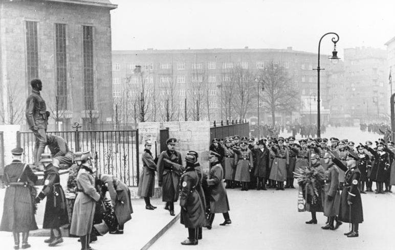 Рейнгард Гейдрих на возложении венков в день немецкой полиции. Берлин. 1937 г.