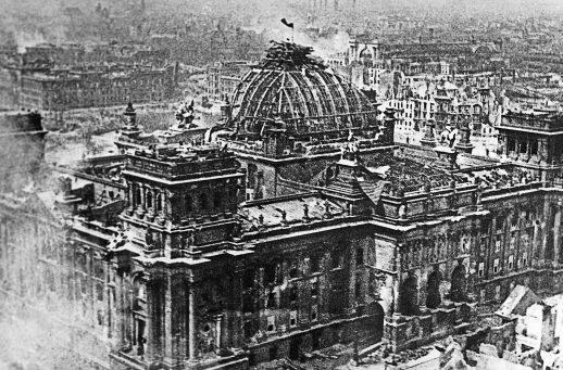А это фото - Виктора Темина, фотокора «Правды». Подписано «Берлин 1 мая 1945 г». Знамя дорисовано. Тем не менее, фотография получила премию на международной выставке.
