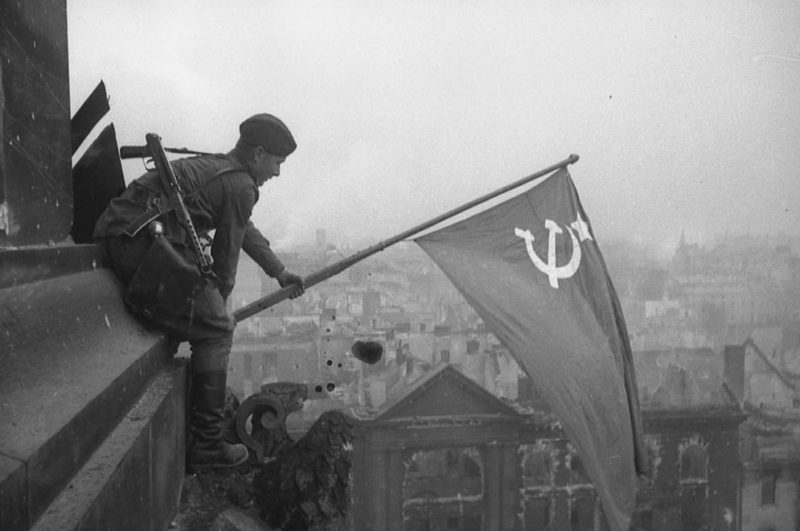 Еще одно постановочное фото на фронтоне Рейхстага.
