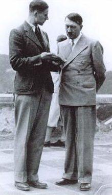 Карл Брандт и Адольф Гитлер. 1942 г.