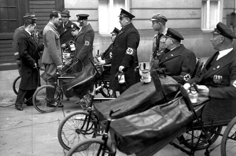 Рудольф Гесс с ветеранами войны. 1936 г.