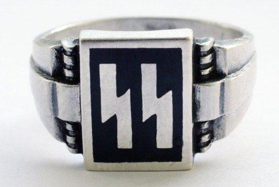 двойной руной «Зиг» называют «кольцами победы». Они изготовлены из серебра 835-й пробы с применением горячей черной эмали, иногда чернения.
