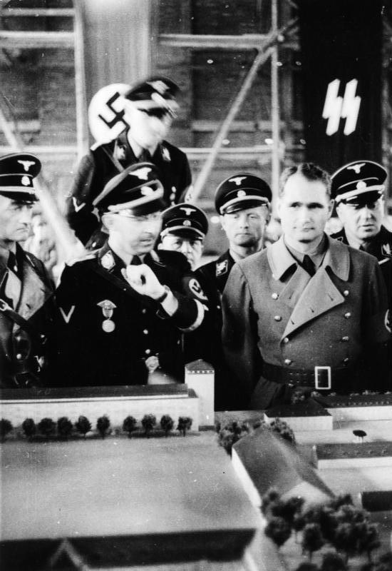 Рудольф Гесс и Генрих Гиммлер в концлагере в Дахау. 1936 г.