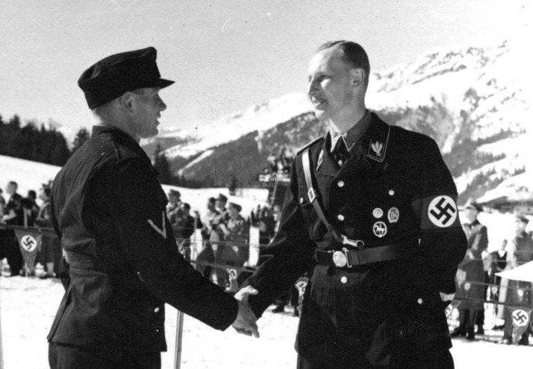 Рейнгард Гейдрих (в тёмной форме) на горнолыжном курорте. 1939 г.