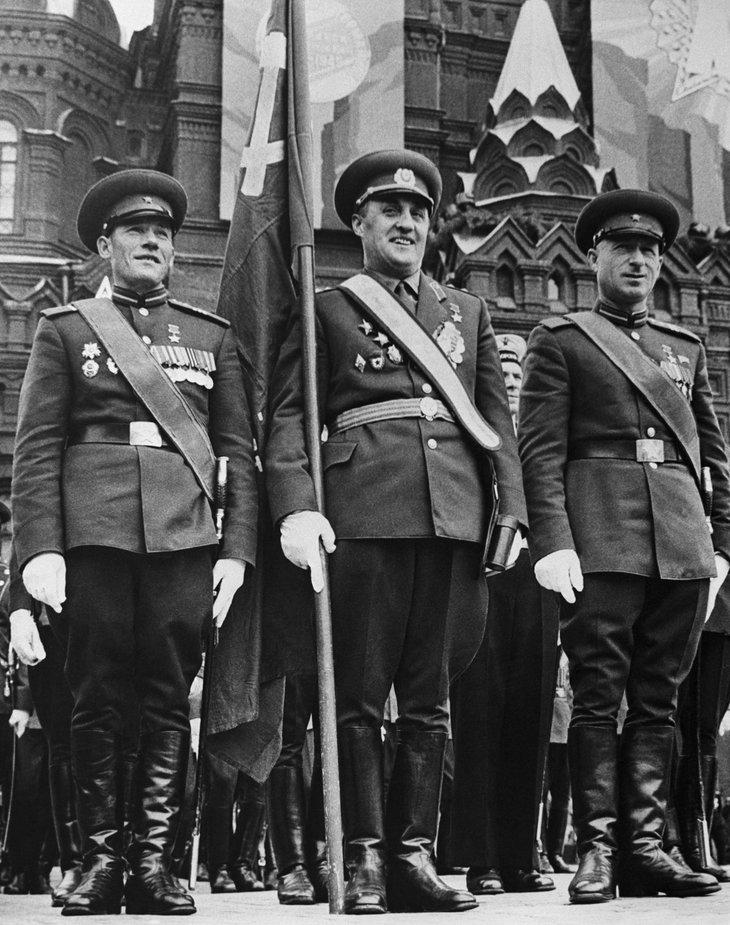 М. Егоров, К. Самсонов и М. Кантария (слева направо). 1965 г. Москва, Парад Победы.