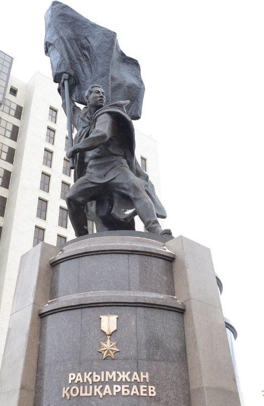 Памятник Рахимжану Кошкарбаеву в Астане, открытый в 2016 году.
