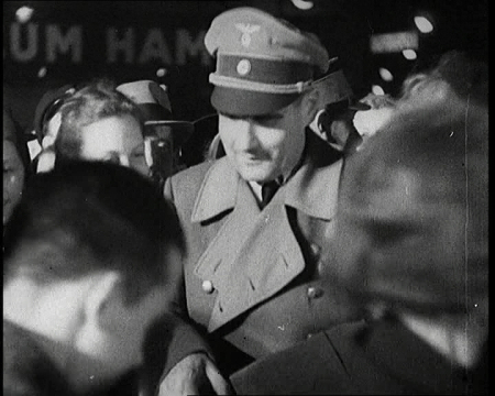 Рудольф Гесс в окружении поклонниц. 1937 г.