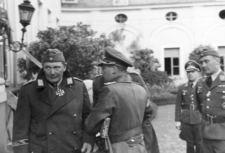 Герман Геринг на Западном фронте с пилотами люфтваффе.1940г.