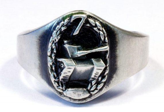Кольцо 7-го танкового гренадерского подразделения изготовлено из серебра 835-й пробы с применением чернения на щитке.