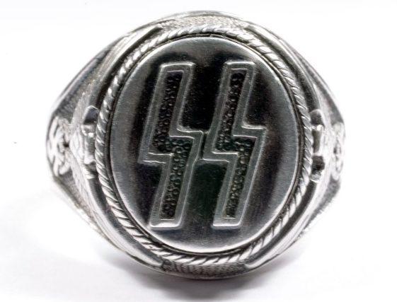 Перстни с рельефной двойной руной «Зиг» изготовлены из серебра 830-й пробы с применением чернения. По сторонам щитков наложен традиционный растительный орнамент.