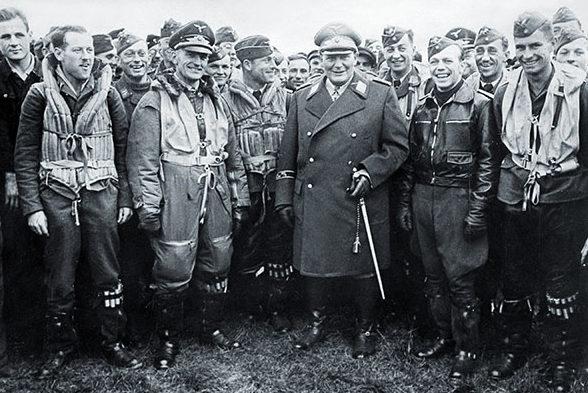Герман Геринг среди пилотов люфтваффе. 1940 г.