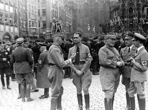 Рудольф Гесс, Герман Геринг и Йозеф Геббельс на митинге в Нюрнберге. 1938 г.