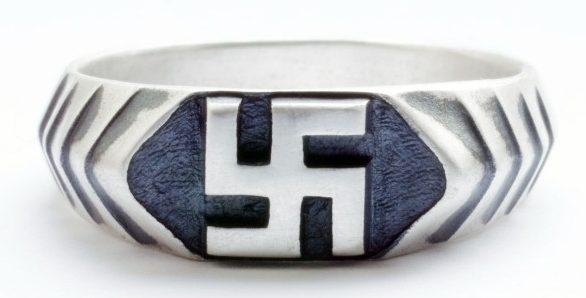 Перстни и кольца, за основу дизайна щитка которых, взята свастика. Кольца изготовлены из серебра 835-ой пробы с применением чернения.