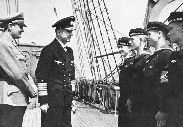 Артур Аксман и Гросс-адмирал Денниц на борту парусного учебного судна «Horst Wessel». 1943 г.