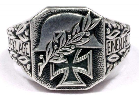 Памятные кольца с надписью по сторонам щитка «Ich Beklage Eine Helden» (Я скорблю за героем) изготовлены из серебра 800-ой пробы с применением чернения.
