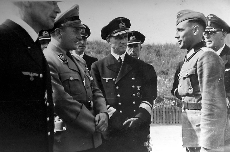 Артур Аксман во время встречи с военными моряками. 1943 г.