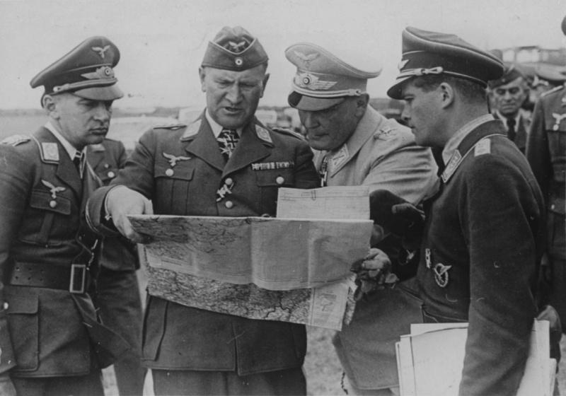 Герман Геринг, Бруно Лерцер, Ганс Ешоннек изучают карту в период Битвы за Британию. 1940 г.