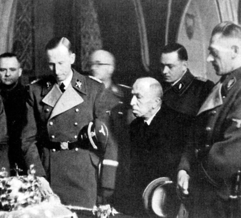 Рейнхард Гейдрих в пражском соборе Св. Вита. 1942 г.