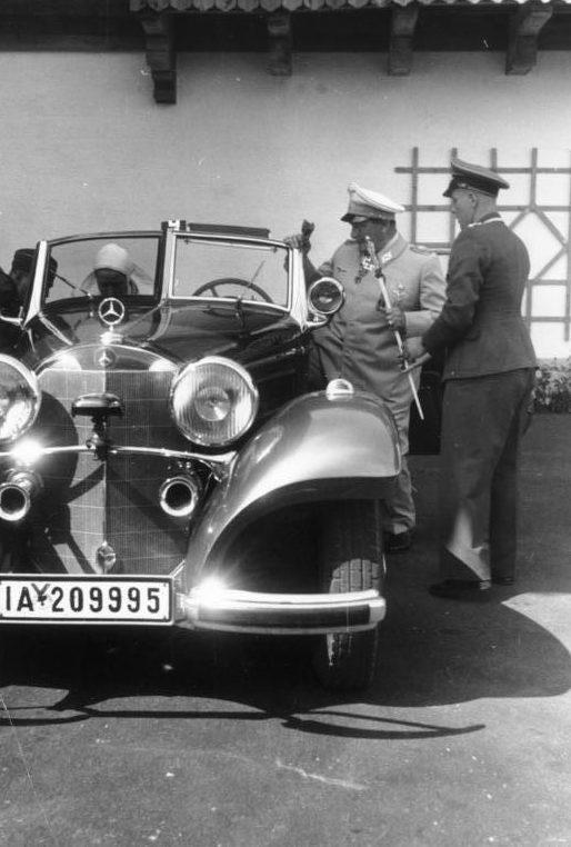 Герман Геринг осматривает новинку Мерседеса. 1940 г.