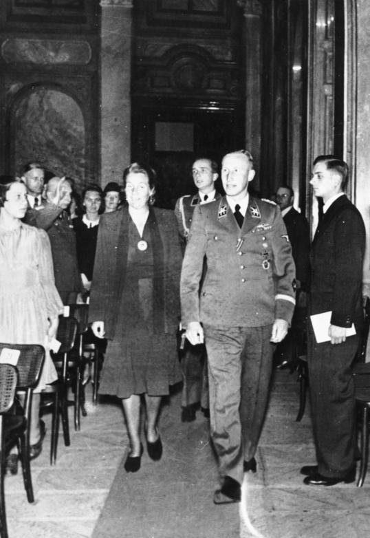 Рейнгард Гейдрих с женой. 1942 г.