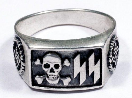 Кольца с двойной руной «Зиг» совмещенной с черепом «мертвая голова» изготовлены из серебра 835-й пробы с применением чернения.