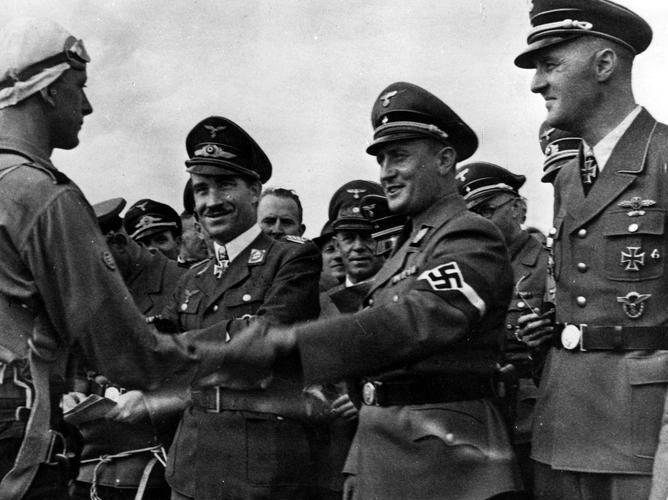 Артур Аксман с военными летчиками. 1943 г.