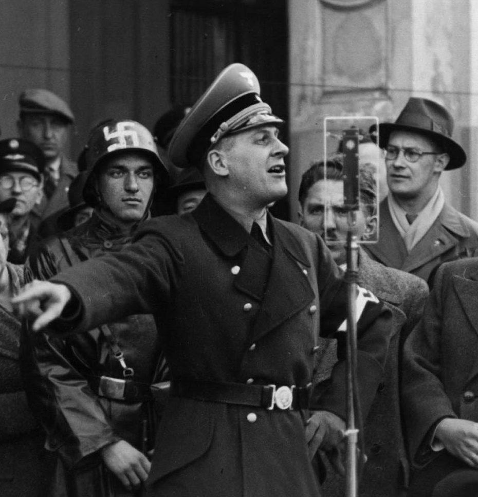 Артур Аксман во время выступления. Берлин. 1943 г.