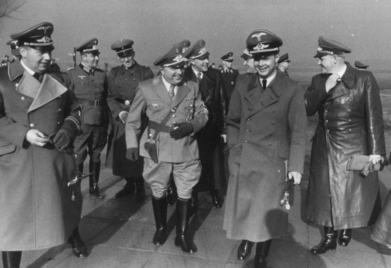 Йозеф Бюлер, Роберт Лей и Ричард Шок в сопровождении немецких офицеров в аэропорту в Кракове. 1943 г.