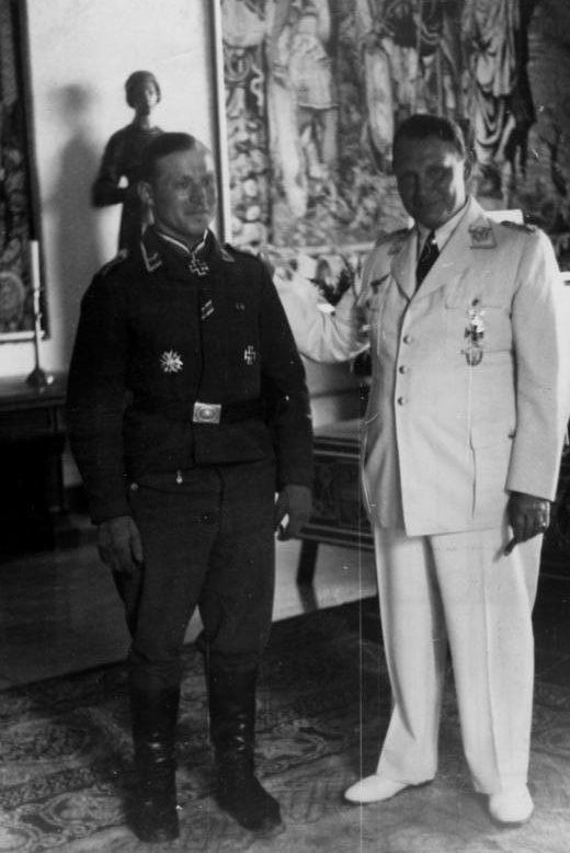 Герман Геринг и Герберт Хельке. 1940 г.