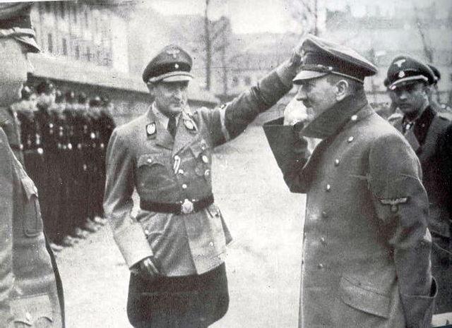 Артур Аксман и Адольф Гитлер. 1943 г.