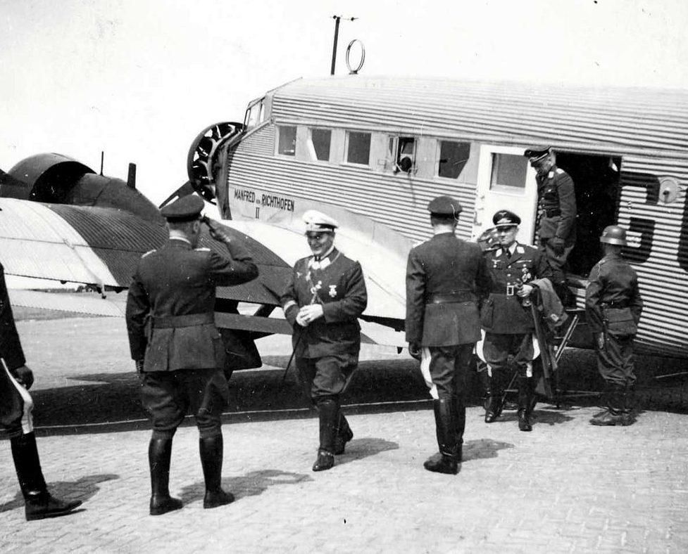 Герман Геринг на аэродроме. 1940 г.