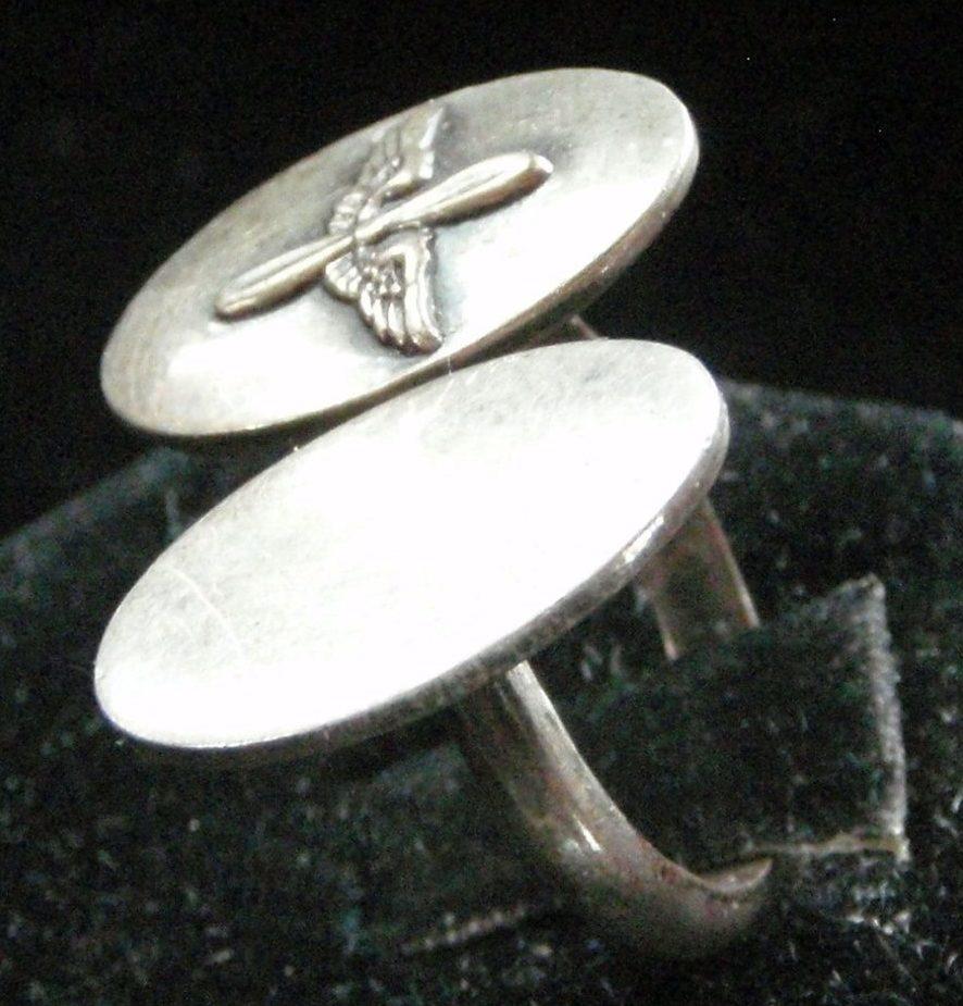 Перстень военнослужащего ВВС со щитком из двух овальных пластин.