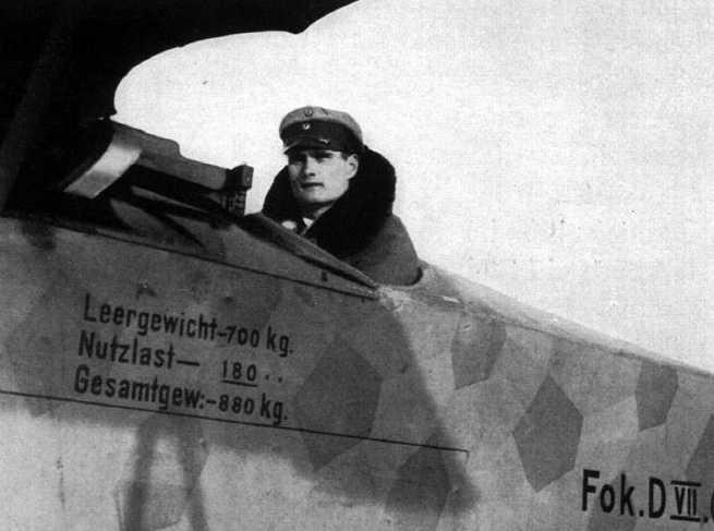 Рудольф Гесс в кабине истребителя. 1940 г.