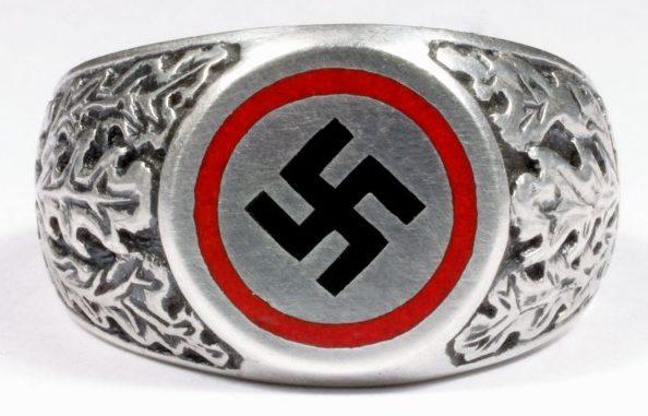 Патриотические перстни изготовлены из серебра 835-й пробы с применением цветной горячей эмали и чернения. На щитках использована свастика и цвета Имперского флага, традиционного для NSDAP. По сторонам щитков, как правило, использованы рельефные изображения растительного орнамента.