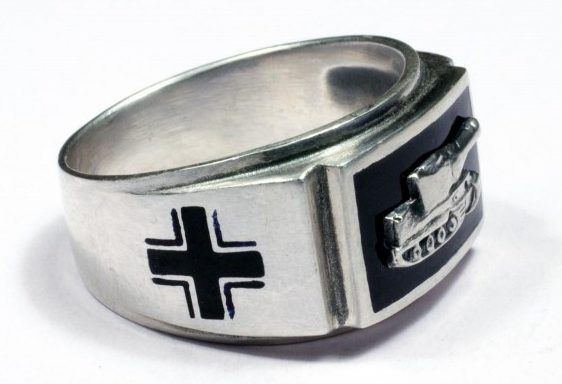 Перстень с изображением профиля немецкого тяжёлого танка «Тигр» изготовлен из серебра 835-й пробы. По сторонам щитка кольцо украшено крестами, полученными методом чернения. Поле щитка залито горячей черной эмалью.