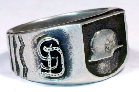 Кольцо танковой гренадерской дивизии СС изготовлено из серебра 830-ой пробы с применением чернения.