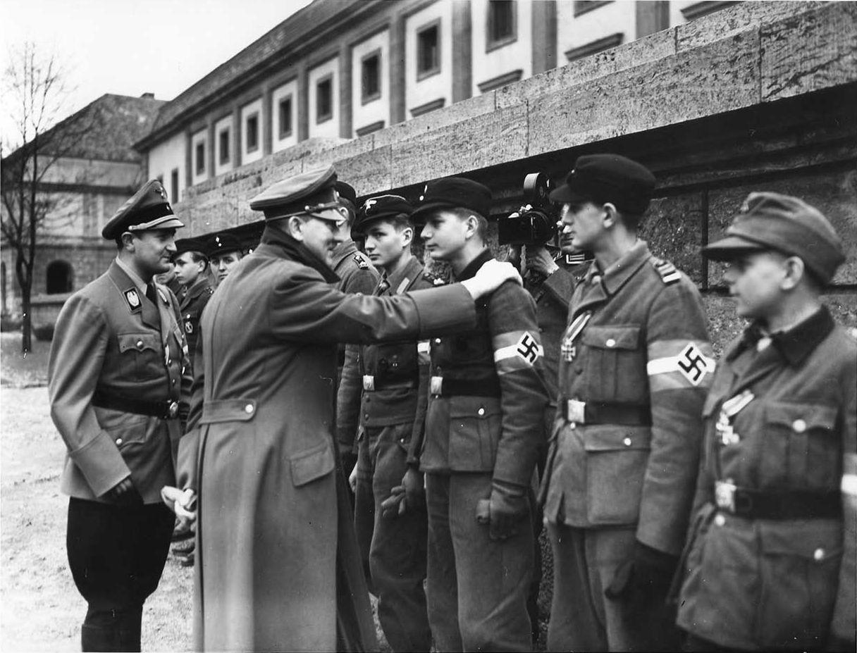 Артур Аксман и Адольф Гитлер с членами Гитлерюгенд. Берлин. 1945 г.