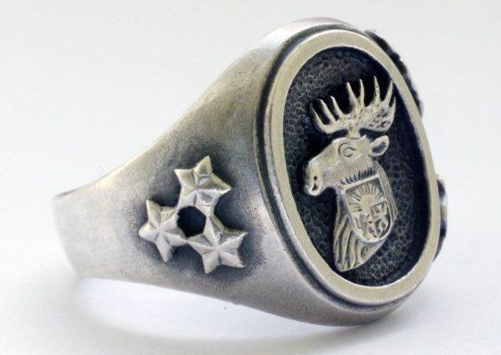 Кольца латышей-легионеров «Waffen-SS». По сторонам от щитка расположен традиционный орнамент из дубовых листьев. На щитках использованы национальные мотивы Латвии. Кольцо изготовлено из серебра 830-й пробы с применением чернения щитка.