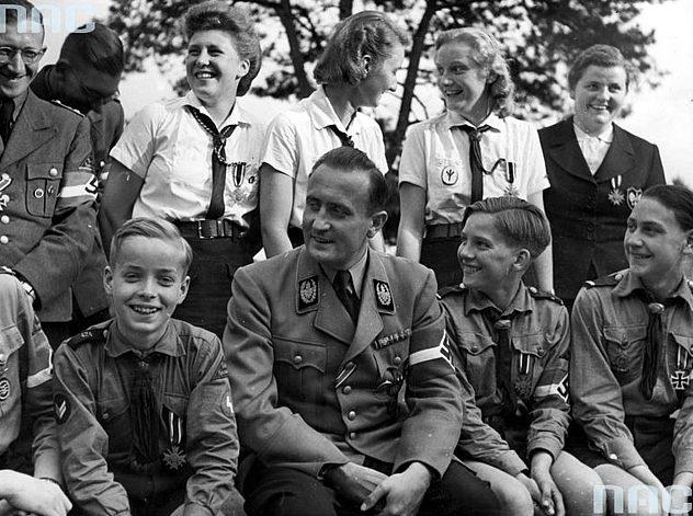 Артур Аксман с членами Гитлерюгенд. Берлин. 1945 г.