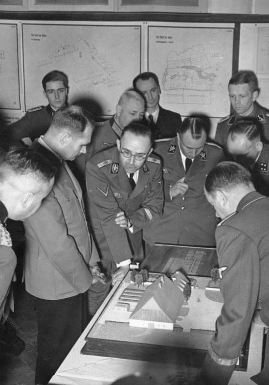 Рудольф Гесс и Генрих Гиммлер на выставке «планирование и строительство на Востоке». Берлин. 1941 г.