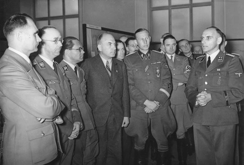 Рудольф Гесс, Гиммлер, Боулер, Тодт, Гейдрих и Мейер на выставке по строительству и планированию на Востоке. Берлин. 1941 г.